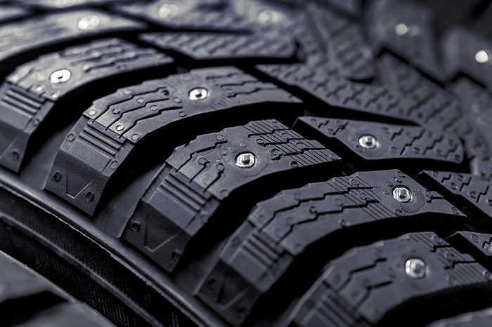 Photo en gros plan d'un pneu clouté
