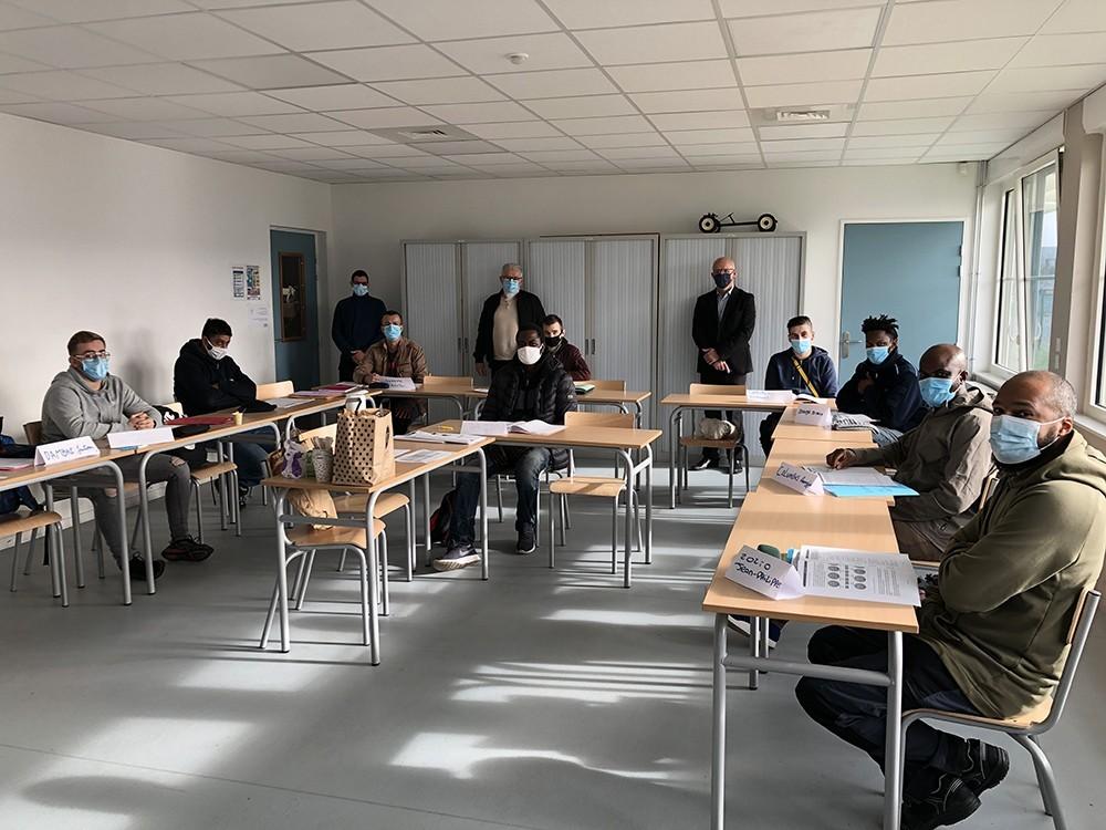 Stagiaires masqués au sein d'une salle de classe